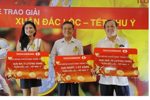 Techcombank trao giải thưởng 1kg vàng cho khách hàng - 4