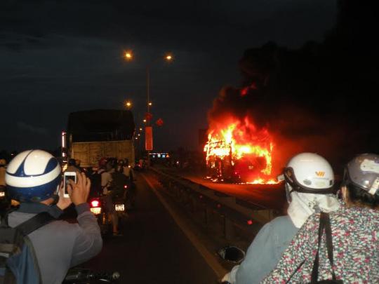 Xe khách cháy dữ dội, 35 khách vừa chạy vừa la hét - 1