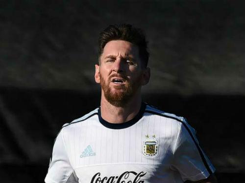 """Messi bị phụ nữ lạ mặt """"tấn công"""" - 1"""