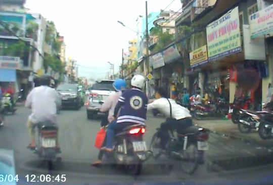 Bắt được tên cướp giật túi xách giữa phố Sài Gòn - 1