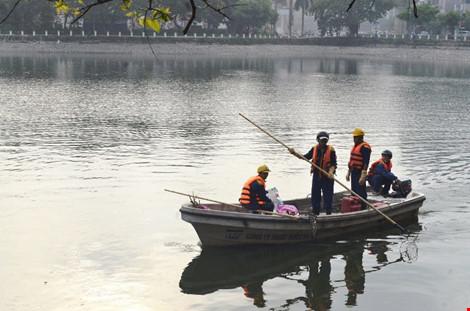 Vớt được gần 6 tấn cá chết ở hồ Hoàng Cầu - 1