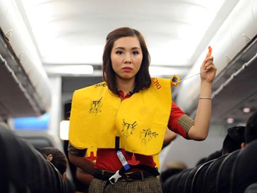 Chuyên viên Sở VH-TT-DL xé áo phao ngay trên máy bay - 1