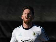 """Bóng đá - Messi bị phụ nữ lạ mặt """"tấn công"""""""