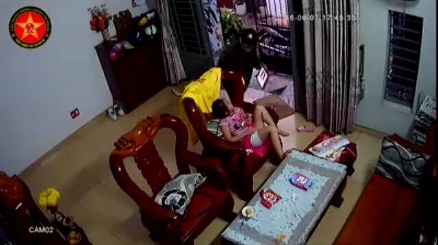 Kẻ cướp táo tợn vào trong nhà giật iPad của bé gái - 1