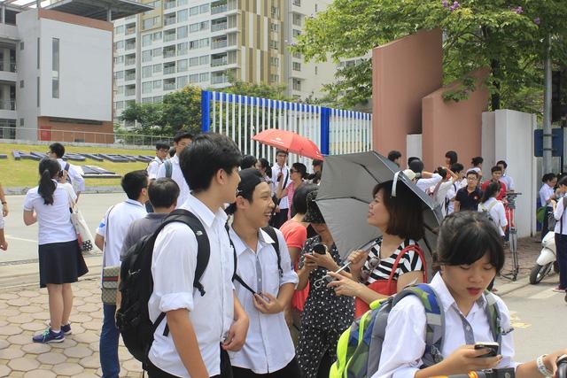 """Thi vào 10 tại Hà Nội: Đề thi """"dễ thở"""", điểm chuẩn sẽ tăng? - 1"""