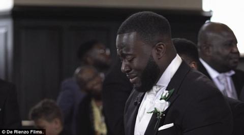 Bất ngờ lý do chú rể khóc không ngừng trong đám cưới - 1