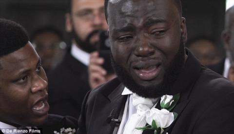 Bất ngờ lý do chú rể khóc không ngừng trong đám cưới - 2