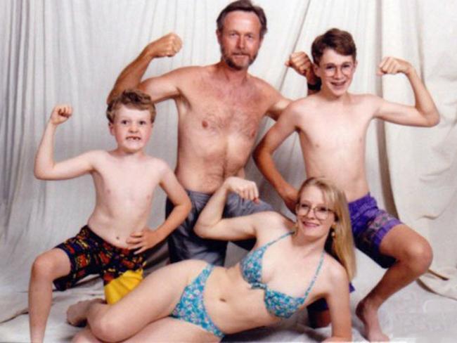 Cả gia đình cũng phô diễn thể hình.