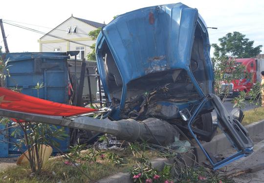Xe tải tông đổ cột đèn cao áp, 4 người nguy kịch - 1