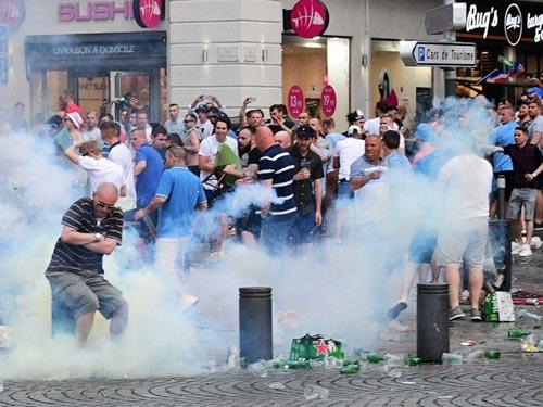 Hỗn chiến với cảnh sát, fan Anh đổ máu tại Marseille - 1