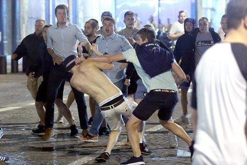 Hỗn chiến với cảnh sát, fan Anh đổ máu tại Marseille - 2
