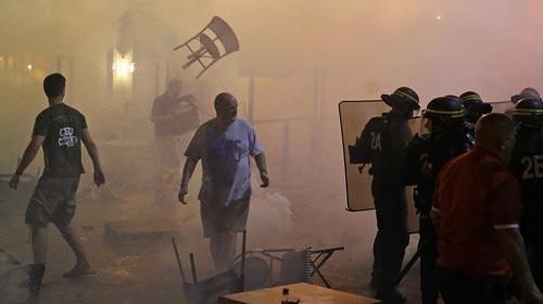Hỗn chiến với cảnh sát, fan Anh đổ máu tại Marseille - 4