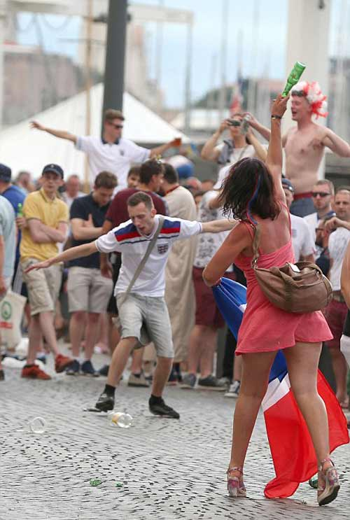 Hỗn chiến với cảnh sát, fan Anh đổ máu tại Marseille - 6