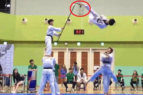 Cao thủ taekwondo bay 4,5m tung cú đá không tưởng - 1