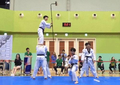 Cao thủ taekwondo bay 4,5m tung cú đá không tưởng - 2