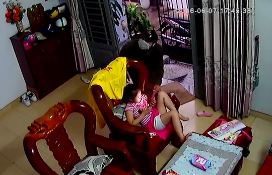 Đã bắt được tên cướp xông vào nhà giật iPad của bé gái - 1