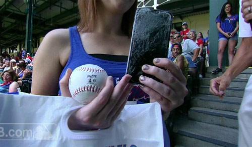 Fan nữ ném vỡ iphone đỡ quả bóng chày vô giá - 1