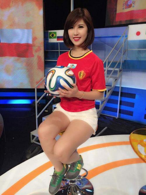 Cô gái đứng sau dàn hot girl Euro 2016 là ai? - 2