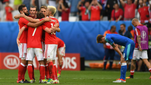 Ảnh đẹp Euro 12/6: Xứ Wales mở hội, người Anh thở dài - 11