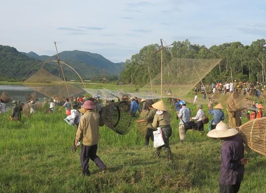 Hàng ngàn người dân đội nắng 39-40 độ C bắt cá cầu may - 3