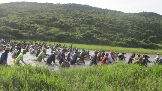 Hàng ngàn người dân đội nắng 39-40 độ C bắt cá cầu may - 4
