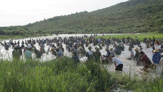 Hàng ngàn người dân đội nắng 39-40 độ C bắt cá cầu may - 6