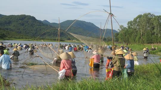 Hàng ngàn người dân đội nắng 39-40 độ C bắt cá cầu may - 7