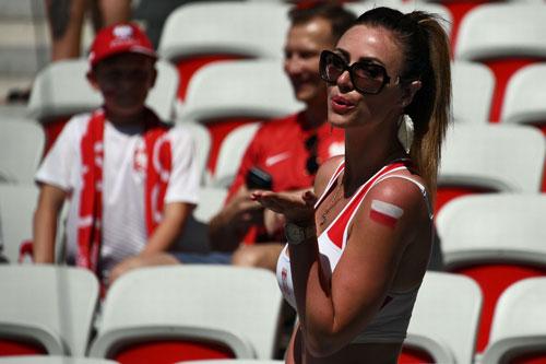 Sir Alex, fan nữ xinh khuấy động khán đài Euro - 4