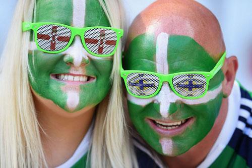 Sir Alex, fan nữ xinh khuấy động khán đài Euro - 5