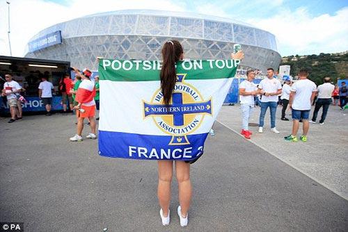 Sir Alex, fan nữ xinh khuấy động khán đài Euro - 6