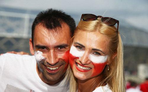 Sir Alex, fan nữ xinh khuấy động khán đài Euro - 7