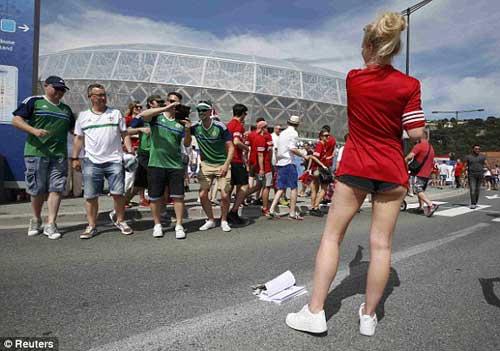 Sir Alex, fan nữ xinh khuấy động khán đài Euro - 8