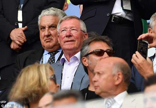 Sir Alex, fan nữ xinh khuấy động khán đài Euro - 2