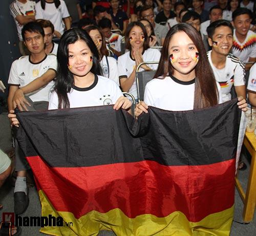 Fan nữ miền Tây vượt đường xa trong đêm cổ vũ ĐT Đức - 1