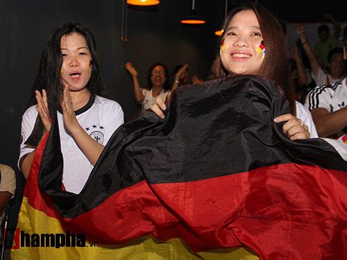 Fan nữ miền Tây vượt đường xa trong đêm cổ vũ ĐT Đức - 2