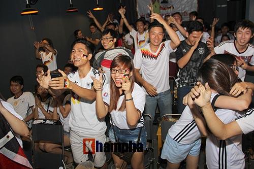 Fan nữ miền Tây vượt đường xa trong đêm cổ vũ ĐT Đức - 3