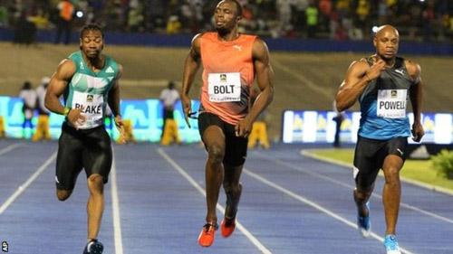 """Usain Bolt bị vấp, suýt ngã vẫn cho đối thủ """"hít khói"""" - 1"""
