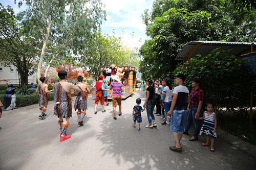 Các bé mê mẩn với diễu hành đường phố tại Lễ hội Magic World - 1