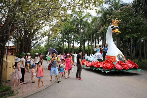 Các bé mê mẩn với diễu hành đường phố tại Lễ hội Magic World - 3