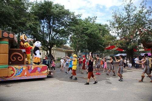 Các bé mê mẩn với diễu hành đường phố tại Lễ hội Magic World - 5