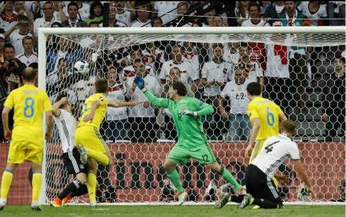 Ảnh đẹp Euro 13/6: Corluka như chiến binh, Modric lập siêu phẩm - 12
