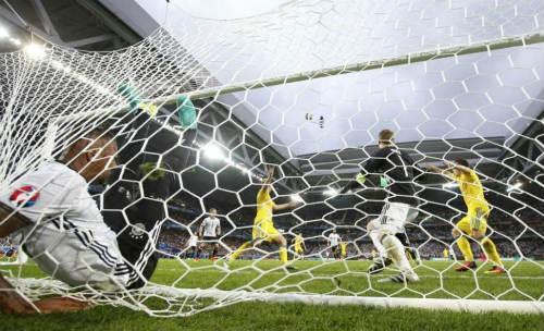 Ảnh đẹp Euro 13/6: Corluka như chiến binh, Modric lập siêu phẩm - 14