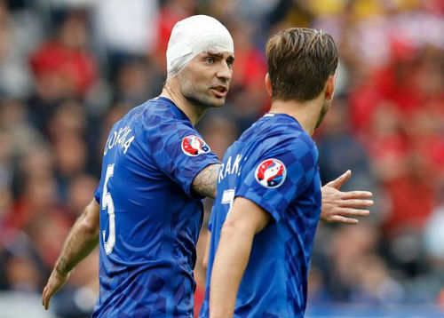 Ảnh đẹp Euro 13/6: Corluka như chiến binh, Modric lập siêu phẩm - 2