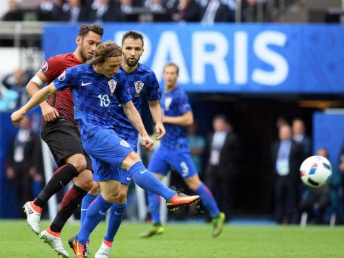 Ảnh đẹp Euro 13/6: Corluka như chiến binh, Modric lập siêu phẩm - 3