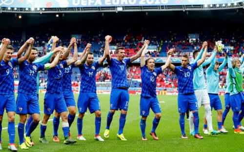 Ảnh đẹp Euro 13/6: Corluka như chiến binh, Modric lập siêu phẩm - 4
