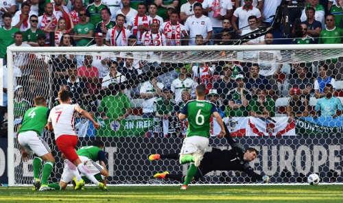 Ảnh đẹp Euro 13/6: Corluka như chiến binh, Modric lập siêu phẩm - 6