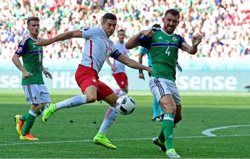 Ảnh đẹp Euro 13/6: Corluka như chiến binh, Modric lập siêu phẩm - 5