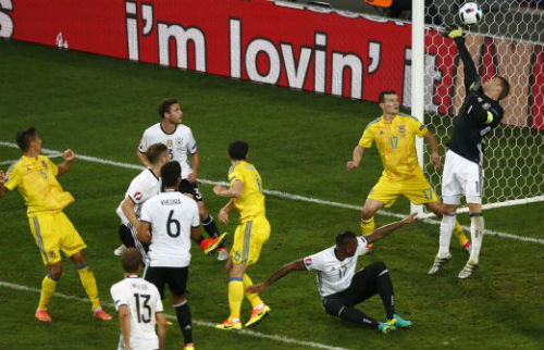 Ảnh đẹp Euro 13/6: Corluka như chiến binh, Modric lập siêu phẩm - 13