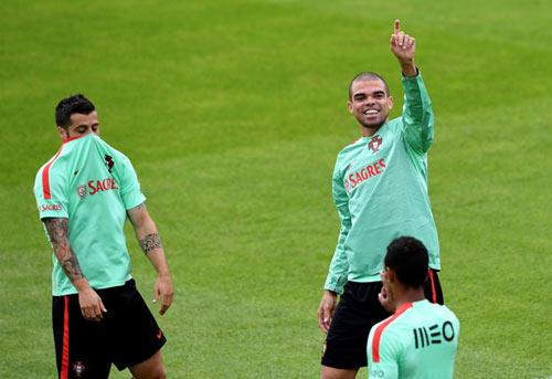 Euro 2016: Ronaldo bị gọi là diễn viên đại tài - 5