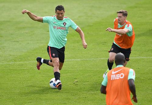 Euro 2016: Ronaldo bị gọi là diễn viên đại tài - 4